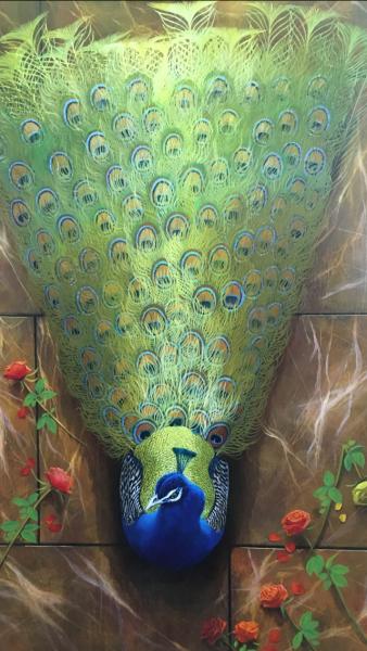 Pauw op marmeren vloer